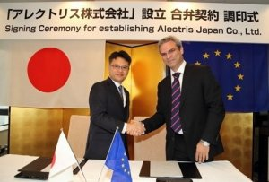 Photo: Atsushi Ito, CEO Next Energy & Resources (Left) with Vassilis Papaeconomou, Managing Director, Alectris (Right) at signing ceremony for Alectris Japan Ltd.
