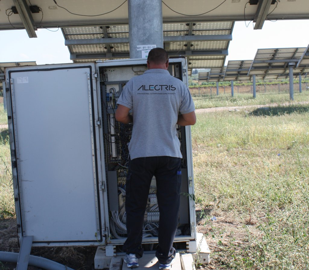 Alectris solar OM tech in the field